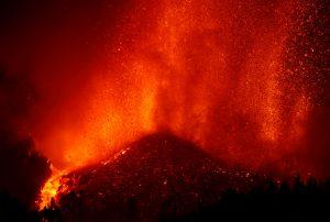 Clamor contra Reyes Maroto por el «espectáculo maravilloso» del volcán: ¡Cese ya!
